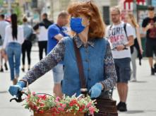 Woman_with_bike_and_mask