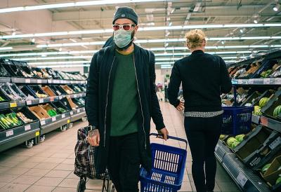 a_guy_with_face_mask_supermarket